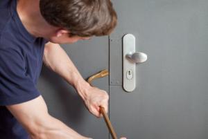 Einbrecher versucht Tür aufzubrechen